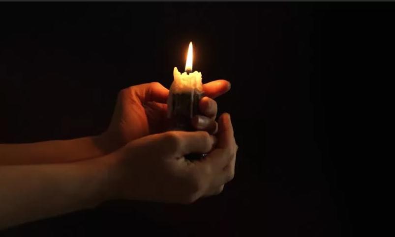 Откуда пошло выражение держать свечку
